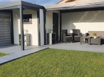 Das fertige Gartenhaus mit 2 Überdachungen von GARDEON