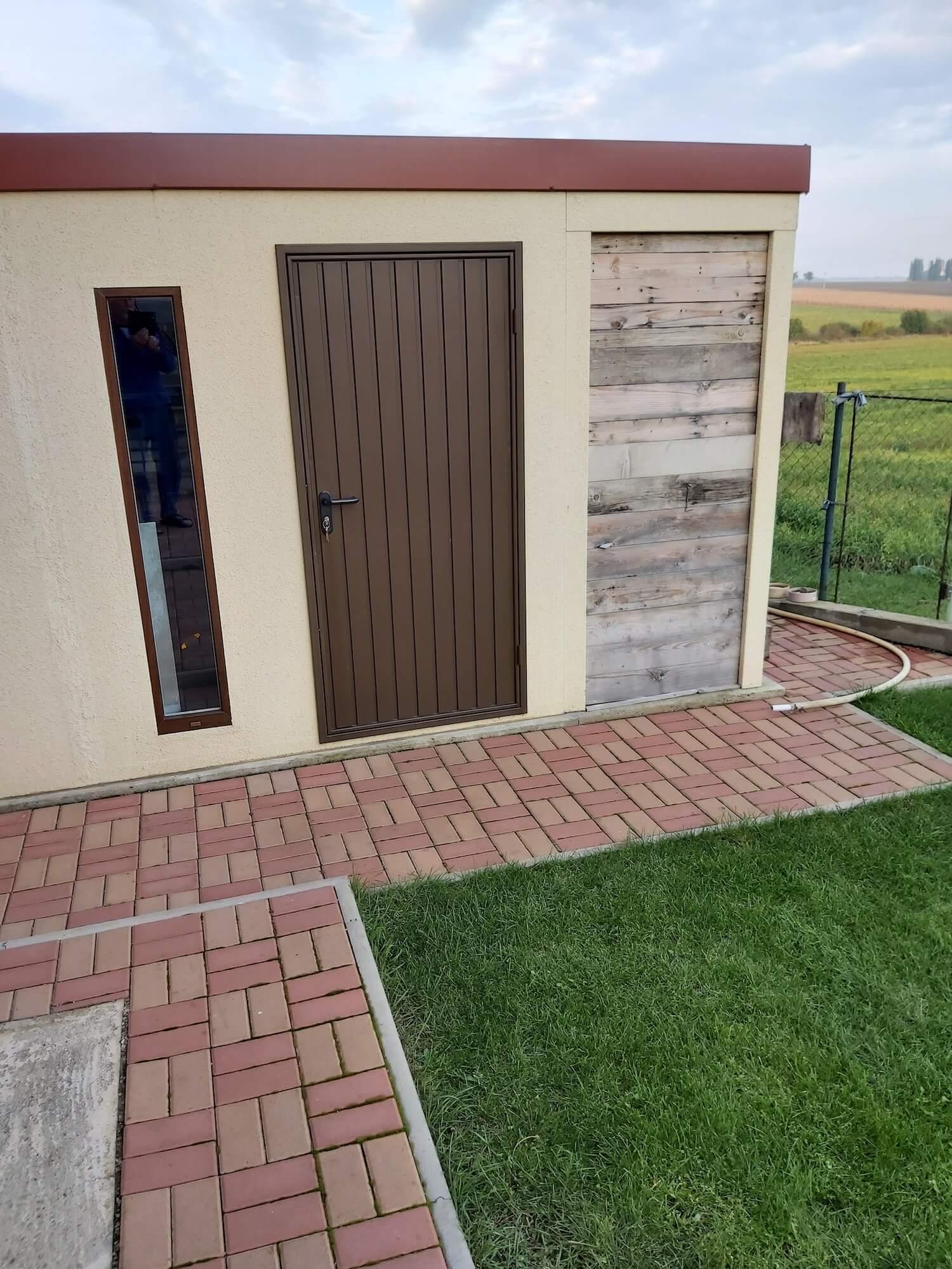 Offenes Gartenhaus mit Holz