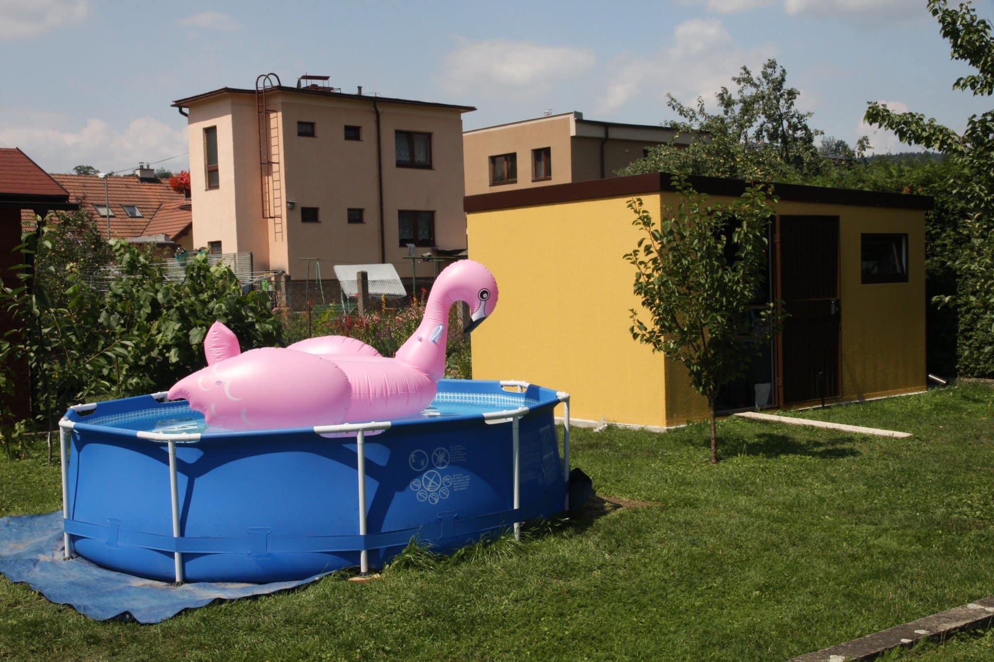 Ein einfacher Pool neben einem montierten Gartenhaus
