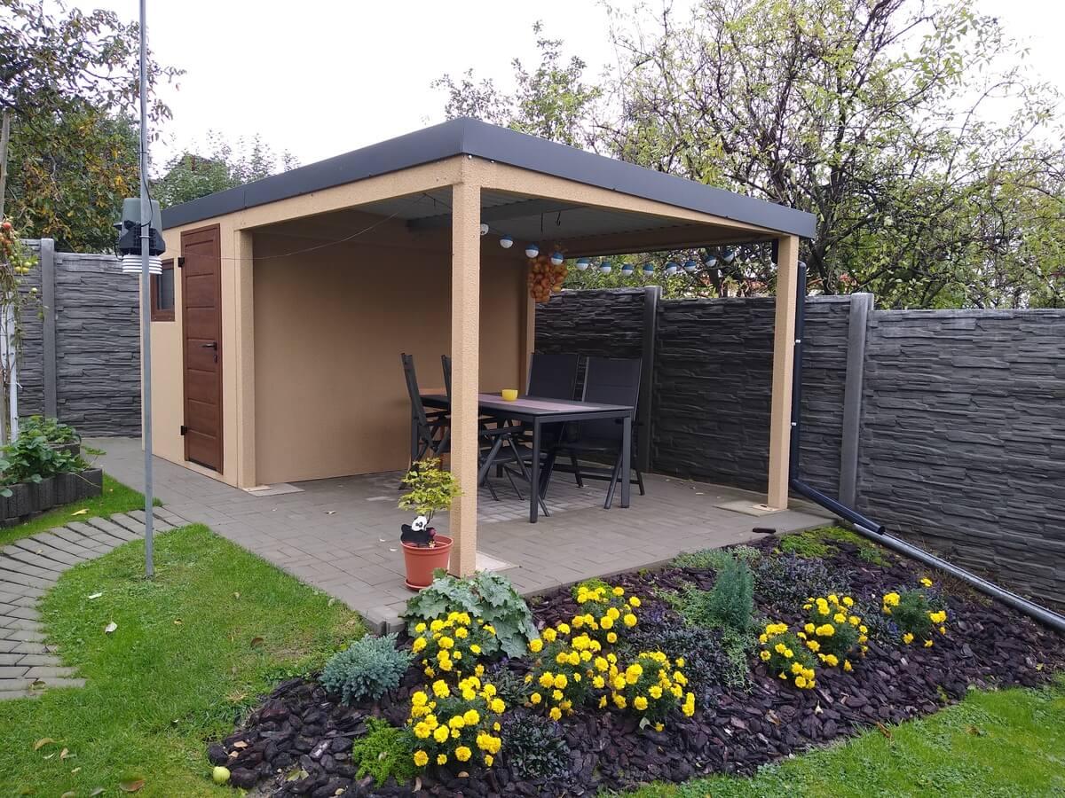 Ein kleines Gartenhaus von GARDEON mit Überdachung