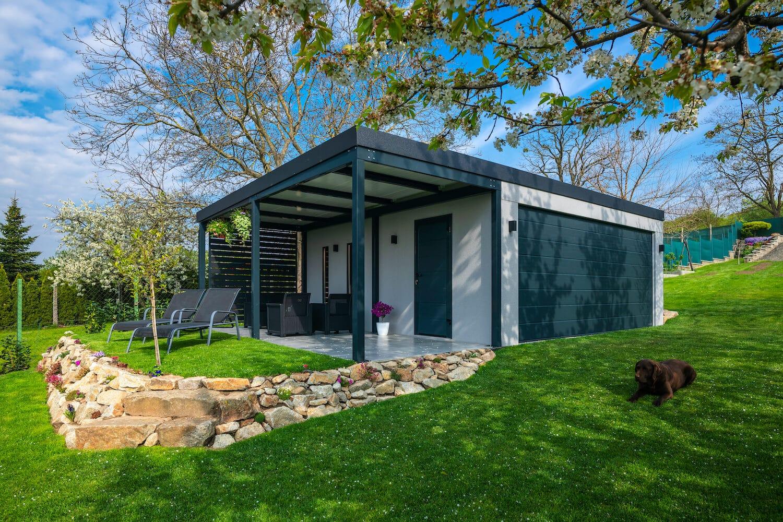 Die wunderschöne GARDEON Garage im Garten eines unserer Kunden