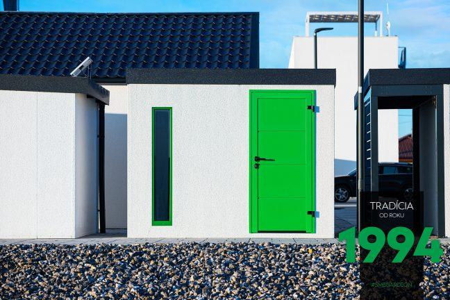 GARDEON Schauraum: Weißes Gartenhaus mit grünem Zubehör