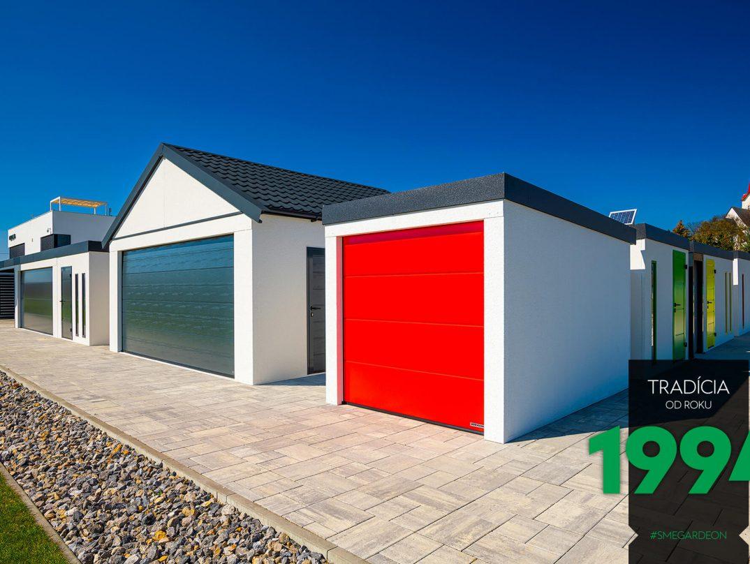Kleine Motorrad-Garage mit einem roten Tor