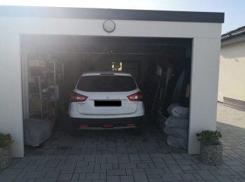 Das Auto von einem Kunden geparkt in seiner neuen Garage