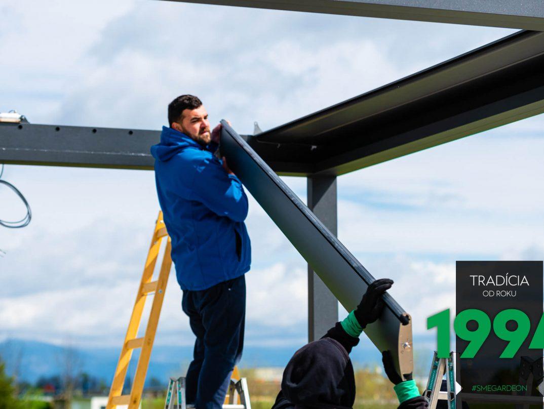 Der GARDEON Monteur befestigt die Dachlamellen an die Konstruktion der Pergola