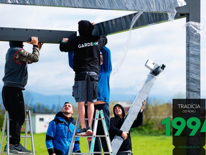 Die GARDEON Monteure montieren die bioklimatische Pergola