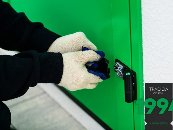 Präzise Arbeit an den letzten Detail bei der Montage der Tür