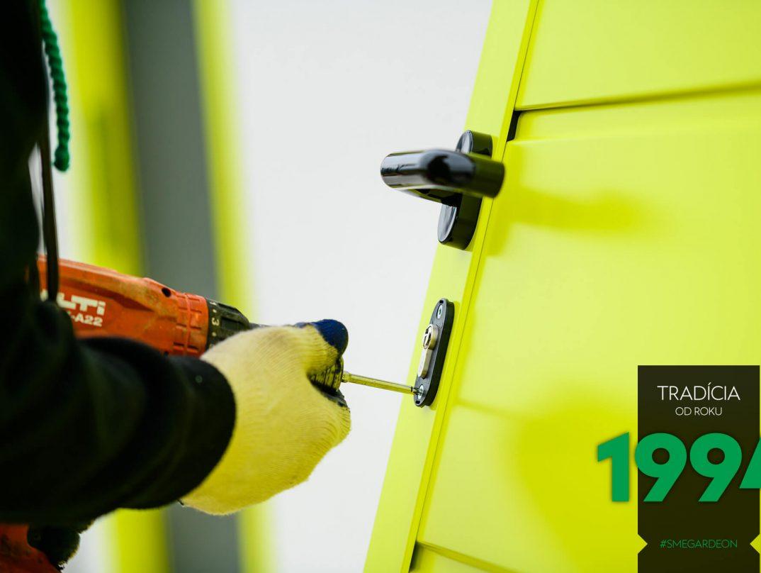 Präzise Detailarbeit der GARDEON Monteure bei der Türmontage