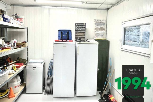 Der Innenraum einer weißen, modernen Garage von GARDEON