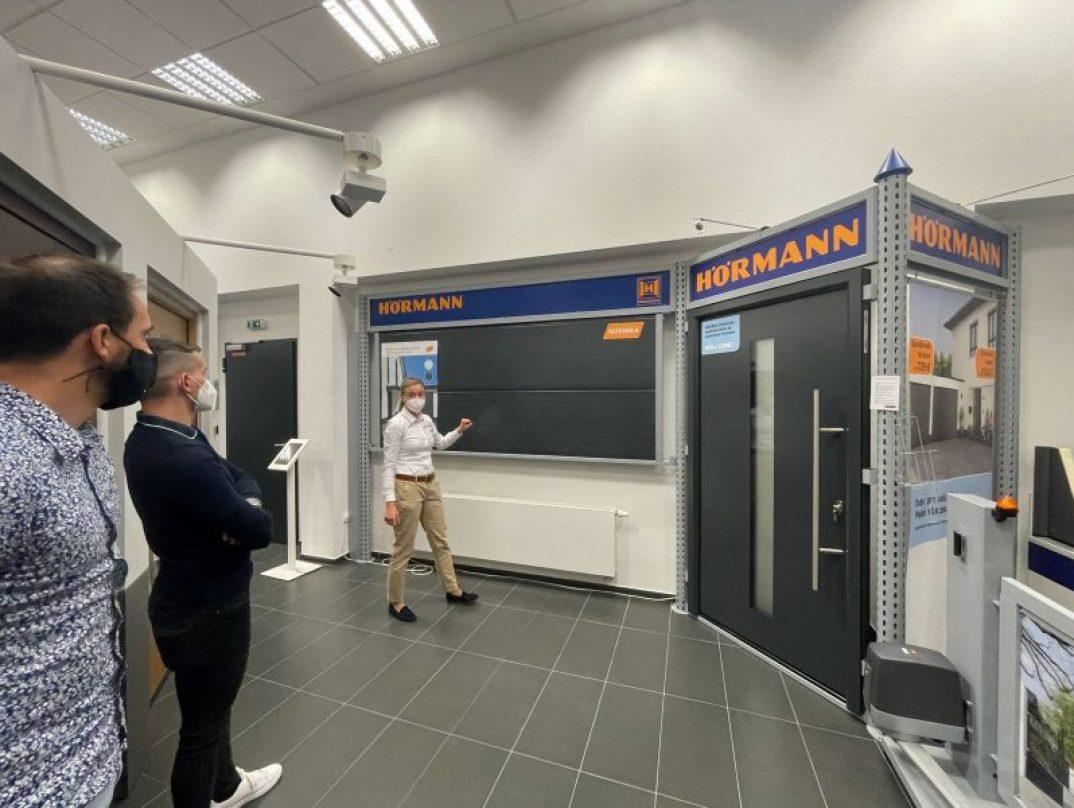 Die Kollegen schauen sich neue Produkte im Sortiment von Hörmann an