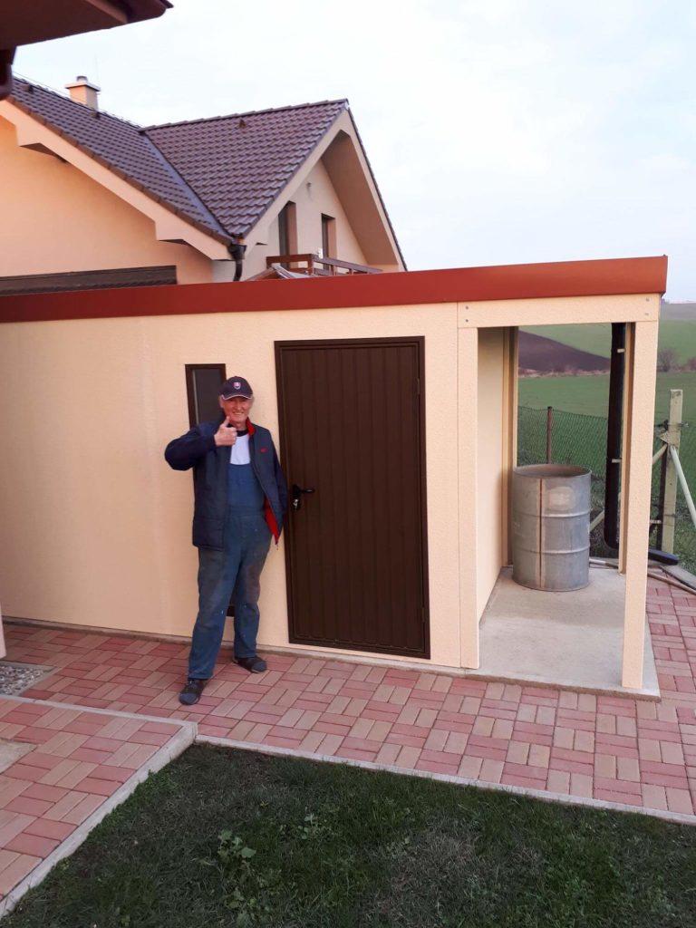Herr Antalec vor seinem neuen Gartenhaus