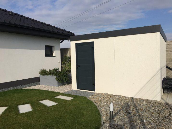 GARDEON: Weißes Gartenhaus mit Putz und Elementen in RAL 7016, anthrazit