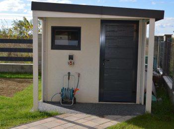 GARDEON Gartenhaus mit weißem Putz und einer Überdachung an der Vorderseite