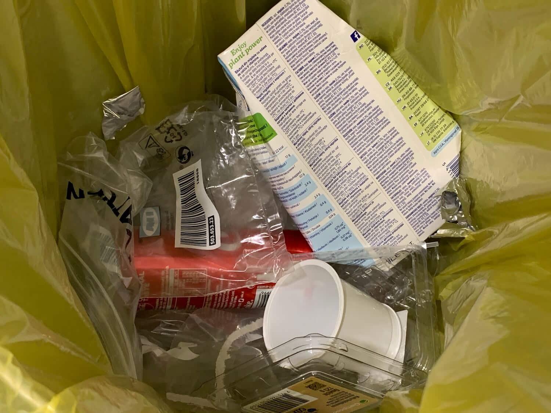 Plastik im Mülleimer
