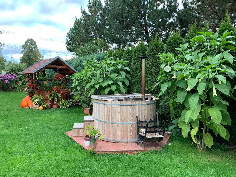 Ein kleiner privater Pool im gepflegten Garten