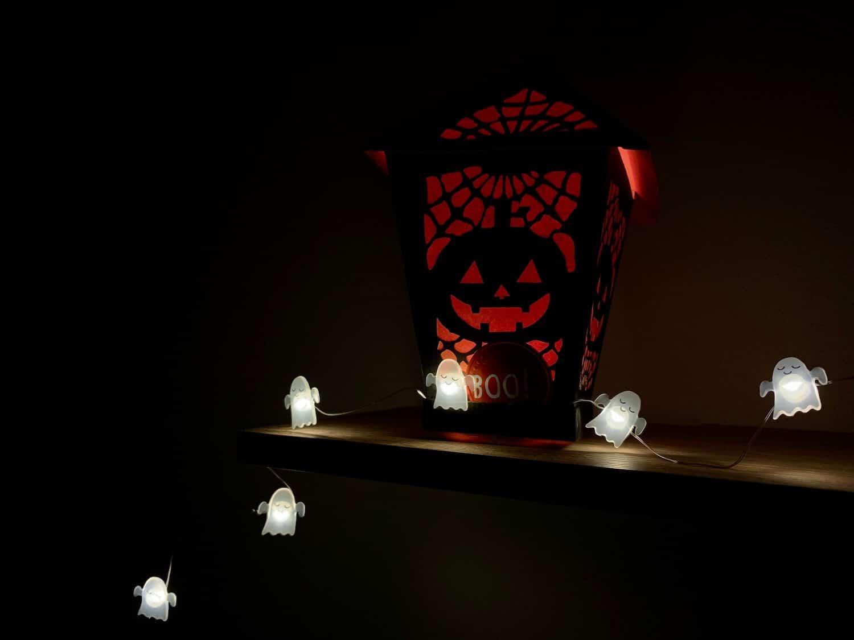Gruseliger Kürbis als Herbstdeko mit Lichterkette