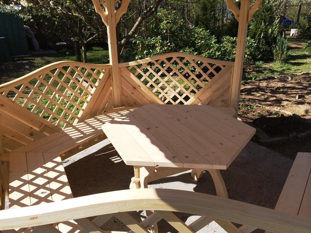 Holzaltan mit Tisch und Sitzplätzen