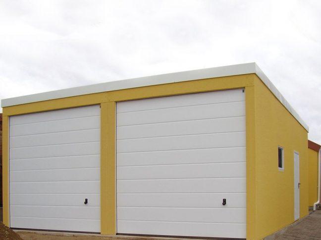 Ein montierter gelber Lager mit 2 weißen Toren von Hörmann
