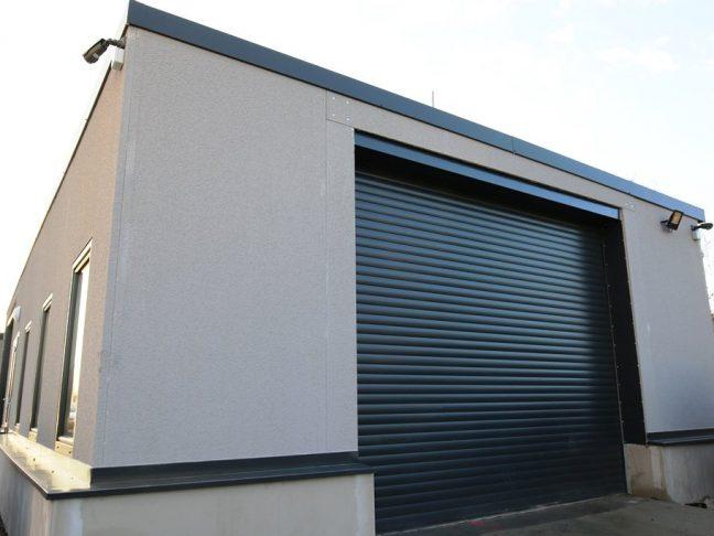 Ein montierter Lagerraum in grau mit Flachdach