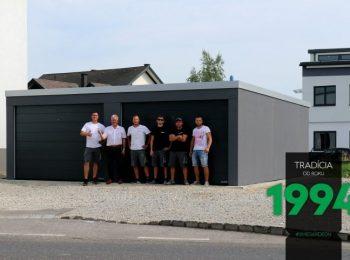 Die GARDEON Monteure mit dem zufriedenen Kunden vor seiner neuen Garage