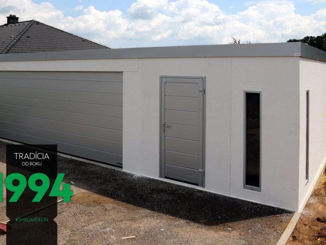 Maßangefertigte Garage in weiß mit den Details in der Farbe weißes Aluminium