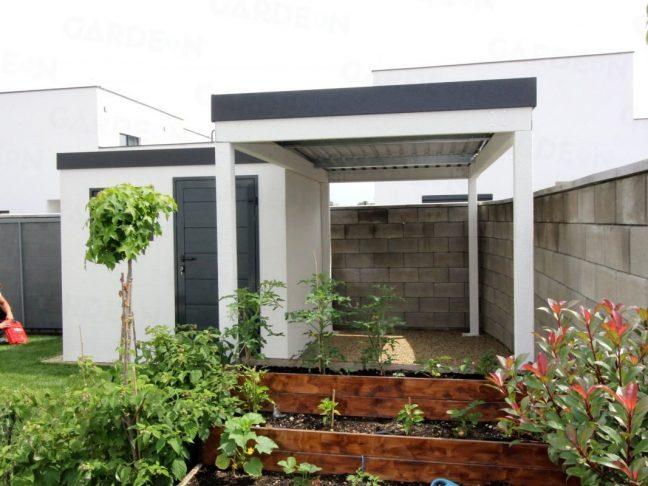 Gartenhaus und Überdachung von GARDEON neben Blumen