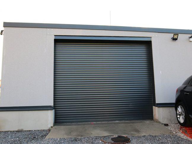 Ein montierter Lagerraum in grau