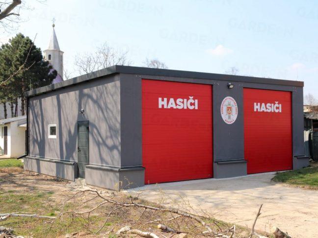 Maßangefertigte graue Garage mit roten Toren