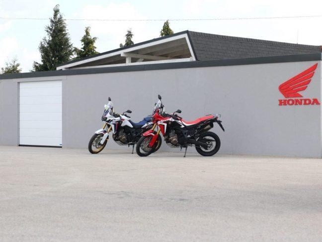 2 Motorräder vor einem atypischen Lager