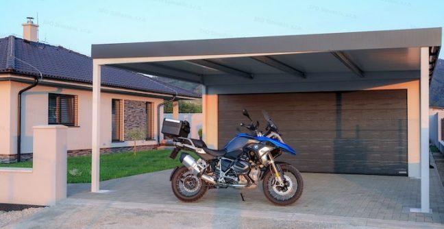Ein Motorrad unter dem Carport von GARDEON