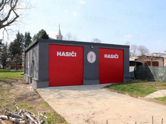 Atypische Garagen mit roten Toren für die Feuerwehrmänner