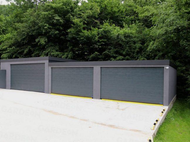 2 graue Doppelgaragen und eine große atypische Garage daneben inkl. Abstellraum