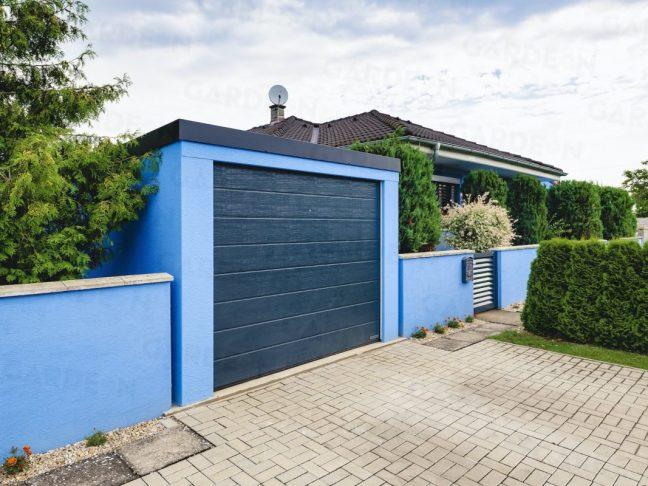 Die hell-blaue GARDEON Garage mit einem Hörmann Tor in anthrazit
