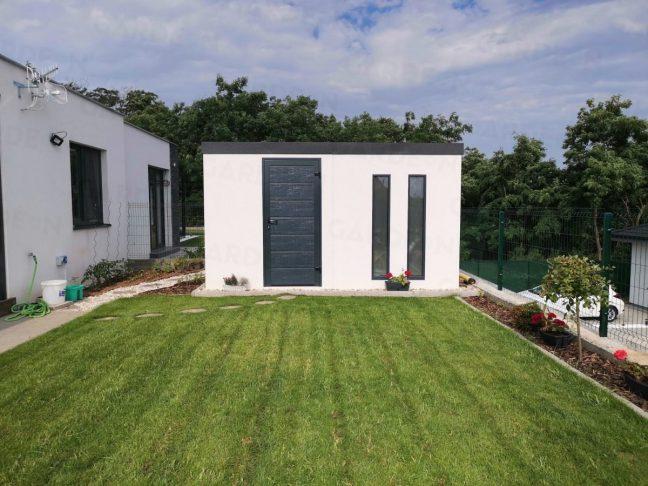 Weißes Gartenhaus mit Oberlichtern in anthrazit