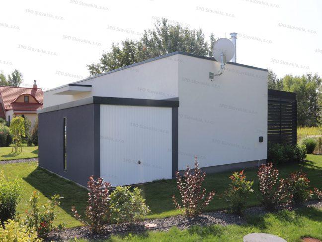 Ein montiertes Gartenhaus mit dem weißen Hörmann Berry Schwingtor