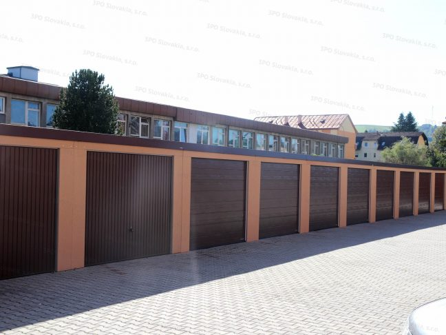 Eine moderne Reihengarage mit den Toren von Hörmann in braun - Schwing- und Sektionaltore inbegriffen