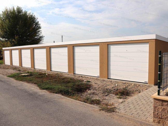 Eine montierte Reihengarage für 7 Autos mit weißen Toren
