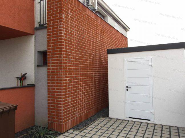 Ein Gartenhaus für die Lagerung von Werkzeug neben einem Familienhaus aus Ziegeln