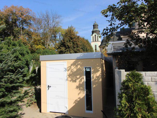 Ein Gartenhaus mit einer weißen Tür