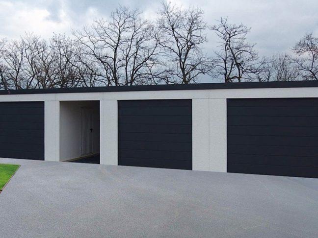 Eine moderne atypische Garage für 3 Autos mit Pultdach