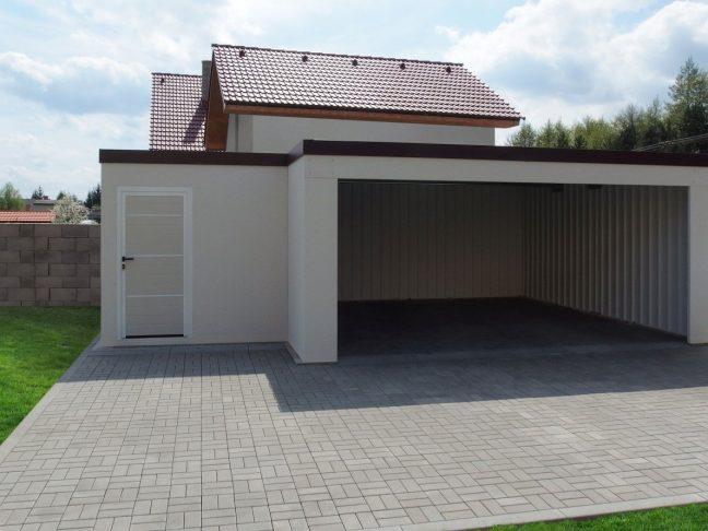 Eine atypische Garage mit Verputz inkl. Gartenhaus links