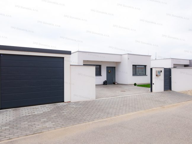 Eine montierte Garage von GARDEON bei einem Familienhaus mit Pultdach