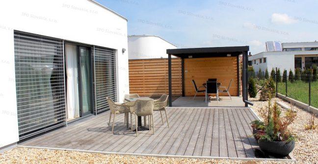 Eine Stahlpergola von GARDEON bei einem modernen Haus