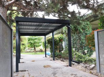 Ein Carport in anthrazit
