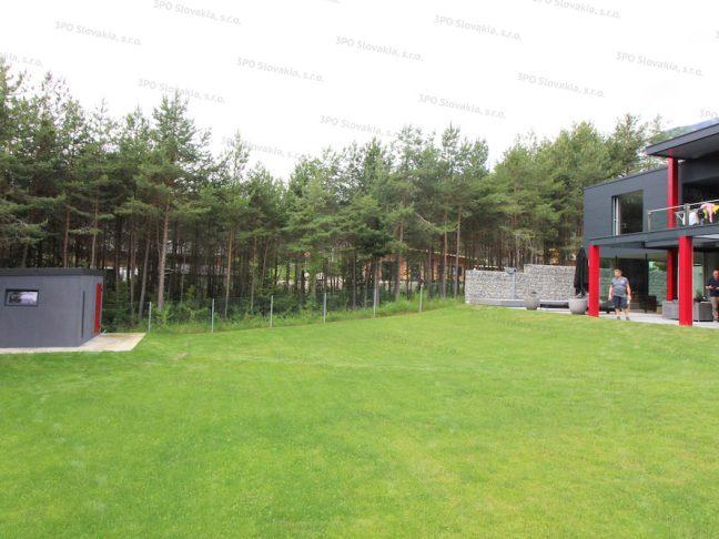 Ein dunkel-graues Gartenhäuschen angepasst an das Familienhaus