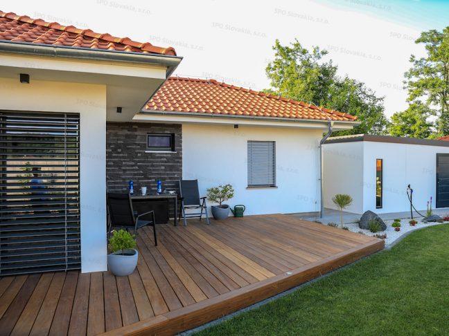 Ein modernes Gartenhaus mit Pultdach und Zubehör in anthrazit