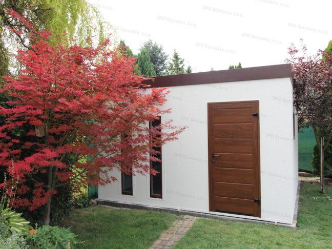 Ein montiertes Gartenhaus von GARDEON mit Dach und Zubehör in braun
