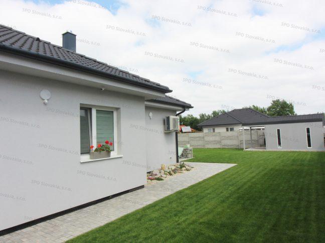 Ein Gartenhäuschen mit einer Überdachung in licht-grau