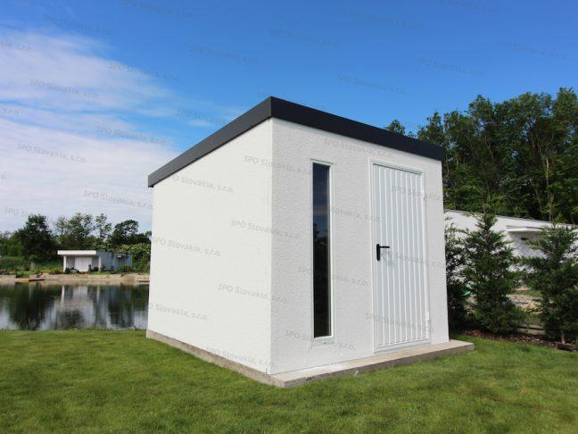 Ein weißes Gartenhaus mit Design-Oberlicht von Slovaktual neben einem Familienhaus