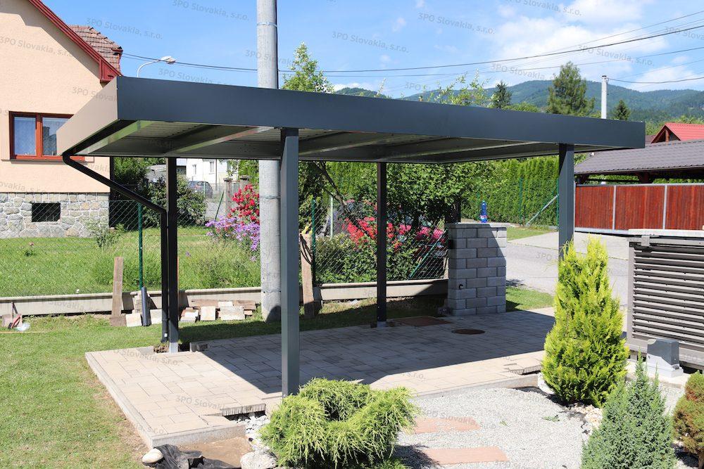 Ein montiertes Carport von SIEBAU in dem Garten in anthrazit